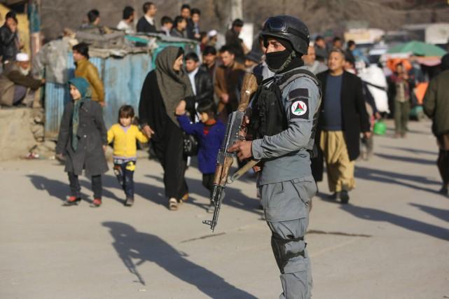Un membre des forces de sécurité afghanes monte... (PHOTO RAHMAT GUL, AP)
