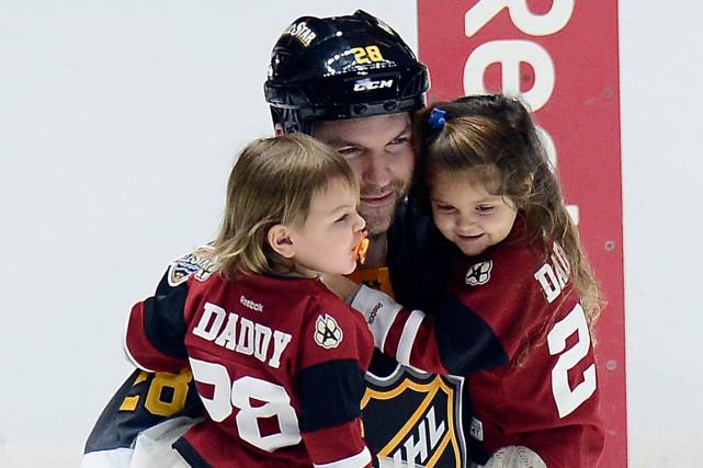 John Scott avec ses deux filles après le... (Photo Mark Zaleski, AP)