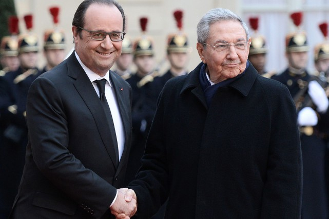 François Hollande et Raúl Castro... (PHOTO STEPHANE DE SAKUTIN, AFP)