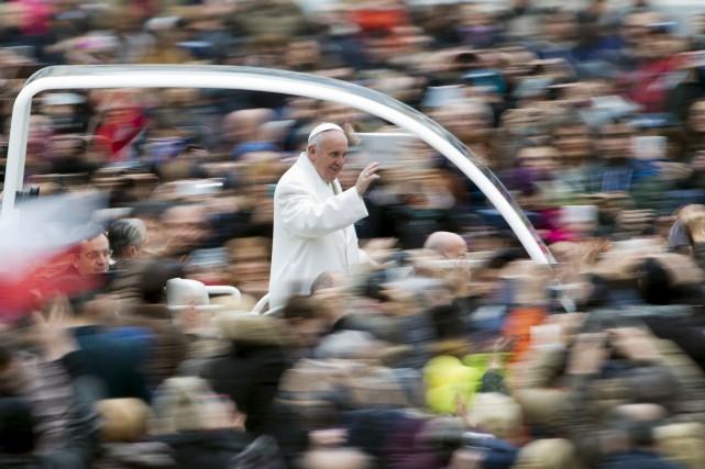 Le pape François, une femme violée par les djihadistes du groupe armé État... (Associated Press)