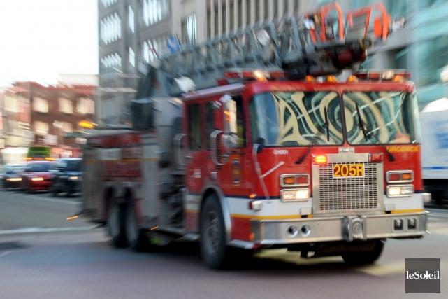 Les flammes ont causé pour plus d'un million de dollars de dommages lundi à... (Photothèque Le Soleil, Erick Labbé)