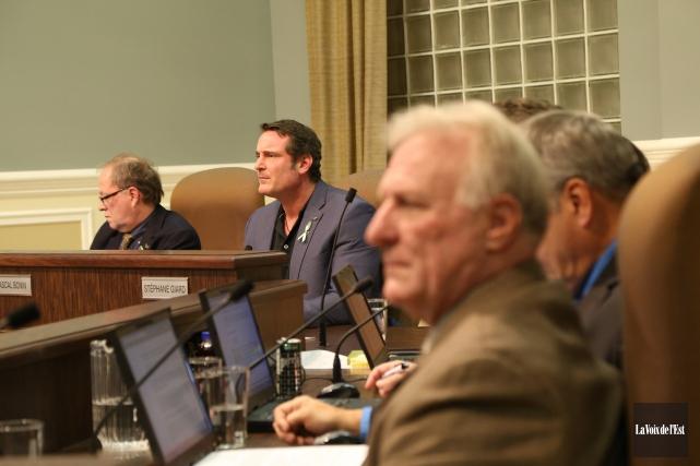 Le maire Pascal Bonin a levé le voile... (Janick Marois, La Voix de l'Est)