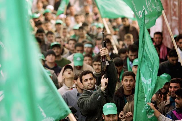 Des partisans du Hamas célèbrent leur victoire aux... (PHOTO EMILIO MORENATTI, ARCHIVES AP)