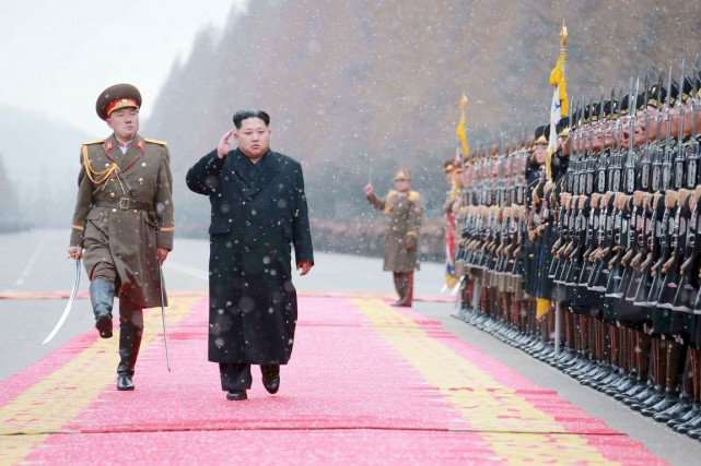 Le dirigeant nord-coréen Kim Jong-il salue ses troupes... (PHOTO ARCHIVES REUTERS/KCNA)