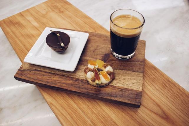 Le Café Gourmand gagnant, composé de deux mignonettes... (PHOTO FOURNIE PAR NESPRESSO/CRÉDIT PHOTO THOMAS MAGNY)