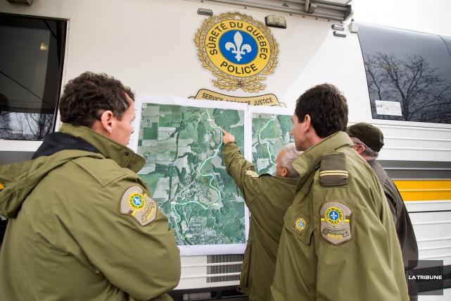 Les policiers continuent de ratisser le secteur de Sainte-Catherine-de-Hatley... (Archives La Tribune, Jessica Garneau)
