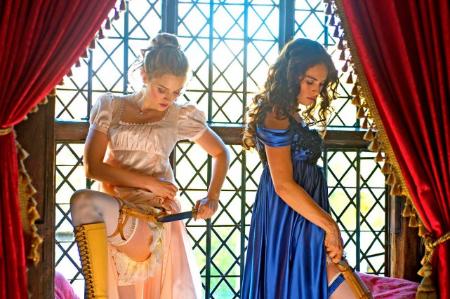 Bella Heathcote et Lily James incarnent les soeurs... (PHOTOJAY MAIDMENT, FOURNIE PAR LA PRODUCTION)
