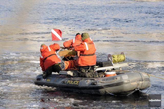 Actuellement, les plongeurs de la Sûreté du Québec... ((Photo Le Quotidien, Marianne L. St-Gelais))