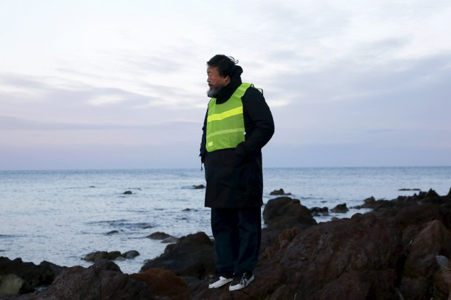 Ai Weiwei sur la plage de Lesbos.... (PHOTO REUTERS)
