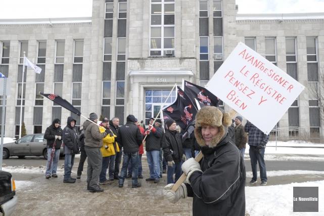 Plusieurs personnes ont manifesté devant l'hôtel de ville... (Sylvain Mayer, Le Nouvelliste)