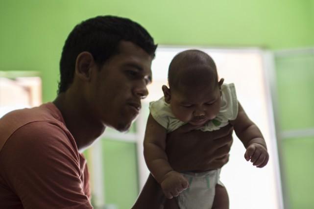 Matheus Lima, un Brésilien de 22 ans, tient... (AFP, Christophe Simon)