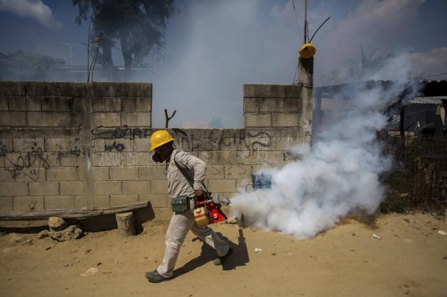 À Acapulco, on procédait mardi à une fumigation... (AFP, Pedro Pardo)