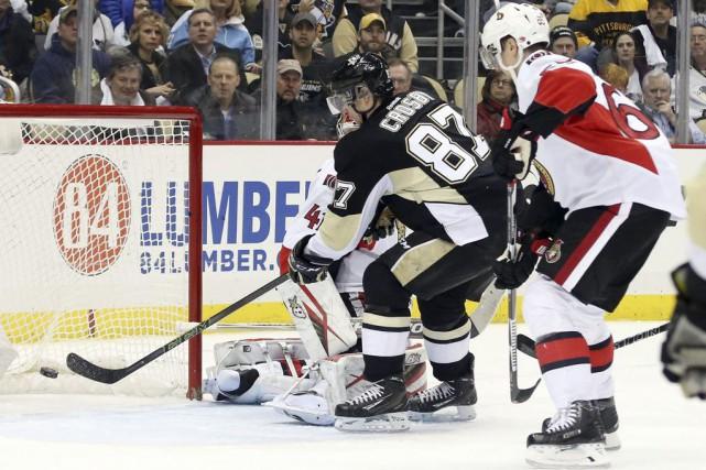 Sidney Crosby a inscrit trois buts d'affilée, réussissant un premier tour du... (PHOTO REUTERS)