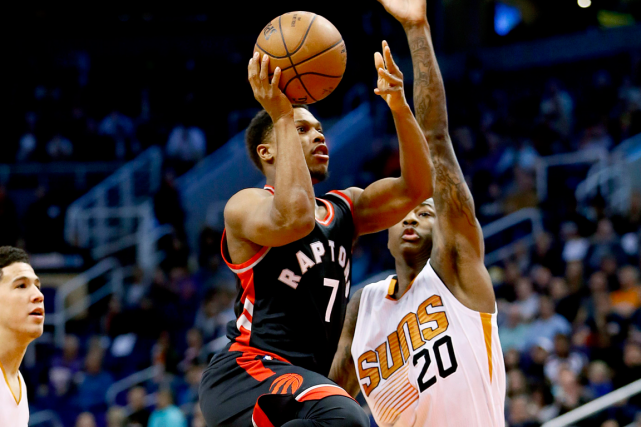 Kyle Lowry (à gauche) a inscrit 26 points dans... (Photo Matt York, AP)
