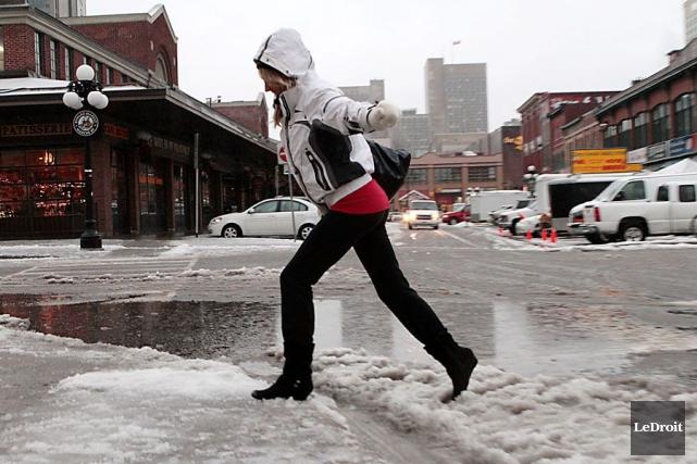 Les trottoirs glacés ont donné du fil à... (Simon Séguin-Bertrand, Archives LeDroit)
