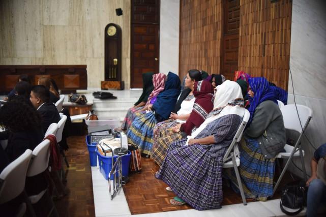 Des femmes assistent à la première journée du... (PHOTO JOHAN ORDONEZ, AFP)