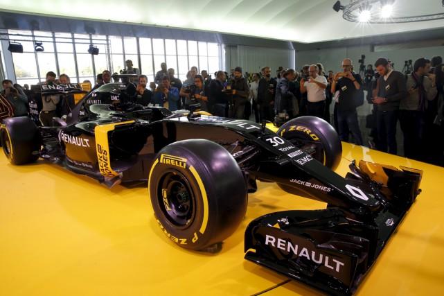 Renault a dévoilé sa nouvelle voiture, la RS16,lors... (Associated Press)