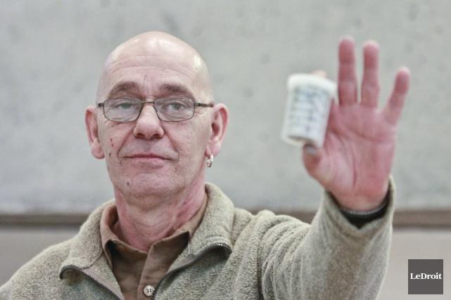 Johnny Dupuis réclame que l'assurance maladie paie pour... (Patrick Woodbury, LeDroit)