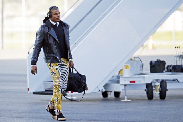 Cam Newton a porté des pantalons zébrés or... (Associated Press)