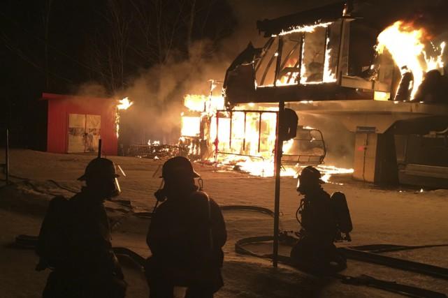 Un important brasier a détruit un édifice du... (photo fournie par le service incendie)