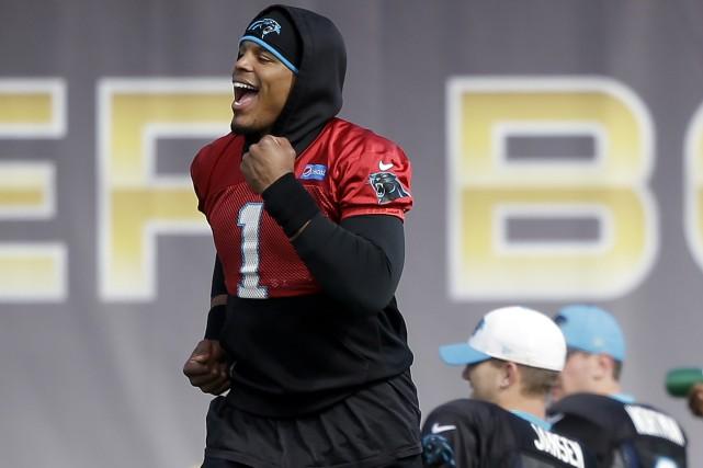 Le quart-arrière des Panthers de la Caroline, Cam... (Photo AP, Marcio Jose Sanchez)
