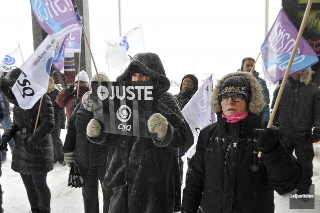 Des syndiqués ont protesté contre les mesures d'austérité... (Photo Le Quotidien, Rocket Lavoie)