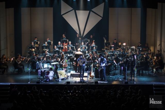 En plus de l'orchestre,Karim Ouellet était accompagné hier... (PHOTO OLIVIER PONTBRIAND, LA PRESSE)