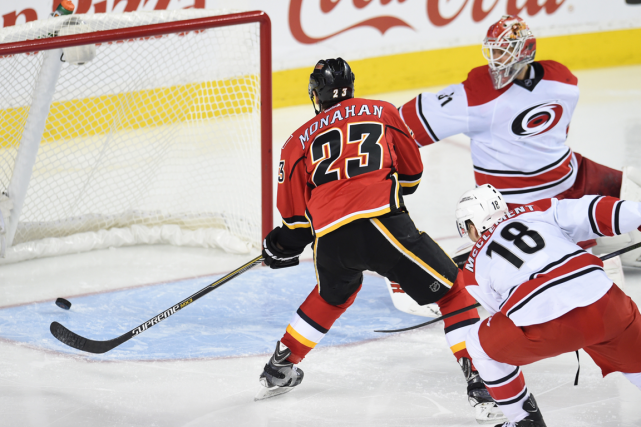 Sean Monahan a déjoué le gardien des Hurricanes... (Photo Candice Ward, USA Today)
