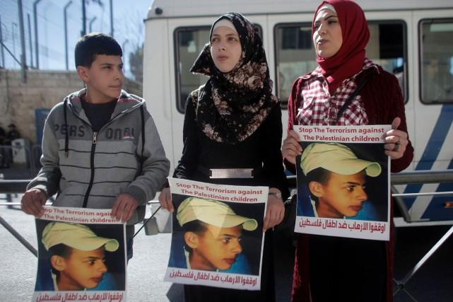 Des proches du jeune Mohammad Abou Khdeir, tué... (PHOTO AHMAD GHARABLI, AFP)