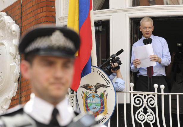 Julian Assange en août 2012, peu après qu'il... (PHOTO ARCHIVES REUTERS)