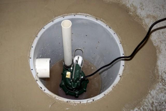 La pompe de la fosse de retenue qui... (AP, Basement Systems, Inc.)