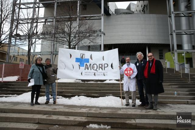 Quelques membres du regroupement Médecins québécois pour le... (PHOTO MARTIN CHAMBERLAND, LA PRESSE)