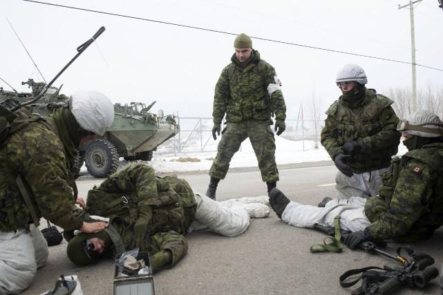 Des soldats du 12e Régime blindé du Canada... (photo: Stéphane Lessard)
