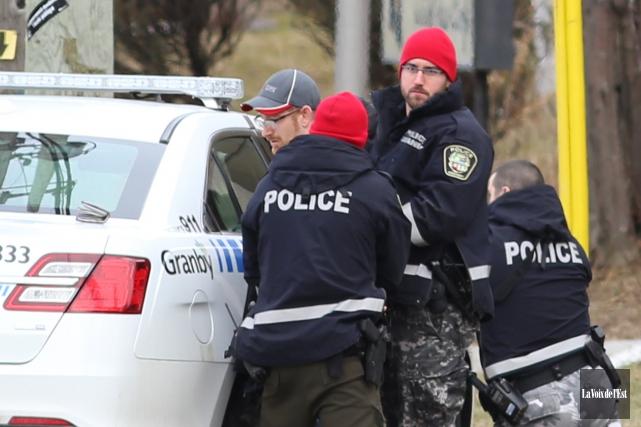 L'homme barricadé s'est livré aux policiers peu après... (Janick Marois, La Voix de l'Est)