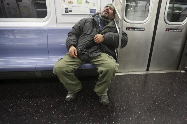Les policiers qui patrouillent le métro de New York réveilleront dorénavant les... (Photo Carlo Allegri, Reuters)