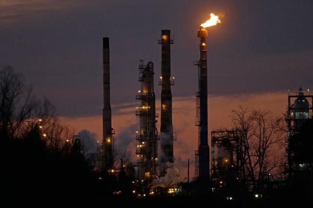 Les cours du pétrole brut ont fini sur une nouvelle petite hausse jeudi, ayant... (PHOTO GERALD HERBERT, ARCHIVES AP)