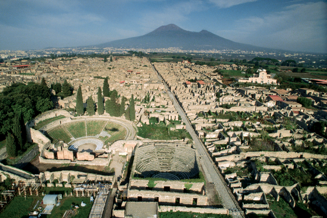 Vue aérienne des ruines de Pompéi, notamment des... (PHOTO ROGER RESSMEYER/CORBIS, FOURNIE PAR LE MBAM)