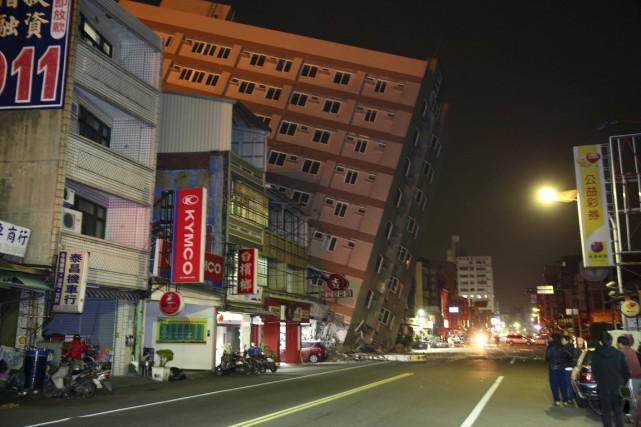 Cet édifice s'est écroulé en s'affaissant sur le... (PHOTO REUTERS)