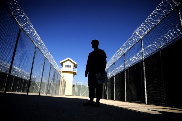 Un militaire dans la prison de Bagram, au... (PHOTO MASSOUD HOSSAINI, ARCHIVES AFP)