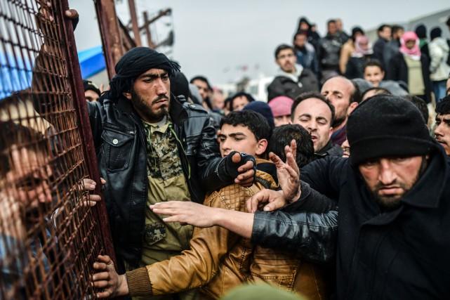 Environ 20 000, a dit l'ONU, se bousculent... (PHOTO BULENT KILIC, AFP)