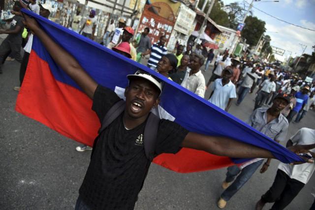 Des manifestants ont marché dans les rues de... (PHOTO HECTOR RETAMAL, AFP)