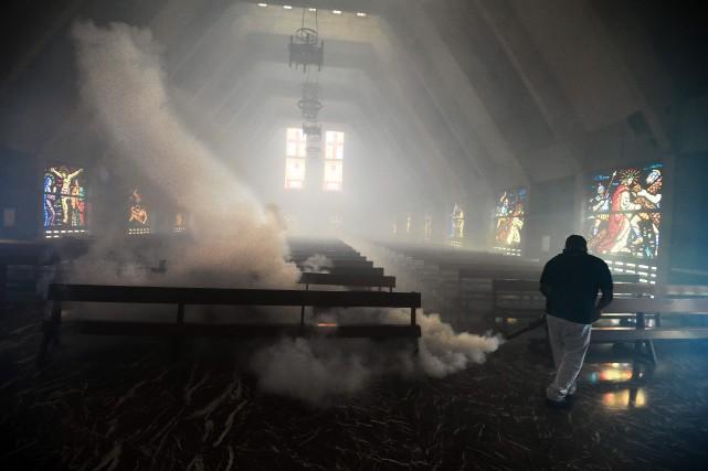 Un employé du ministère de la Santé utilise... (PHOTO  JUAN BARRETO, AFP)