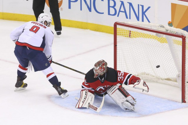 Alex Ovechkin déjoue Cory Schneider en fusillade.... (PHOTO ED MULHOLLAND, USA TODAY)