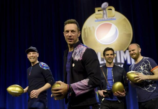 Chris Martin, entouré de ses collègues de ColdplayJonny... (AFP, Timothy A. CLARY)