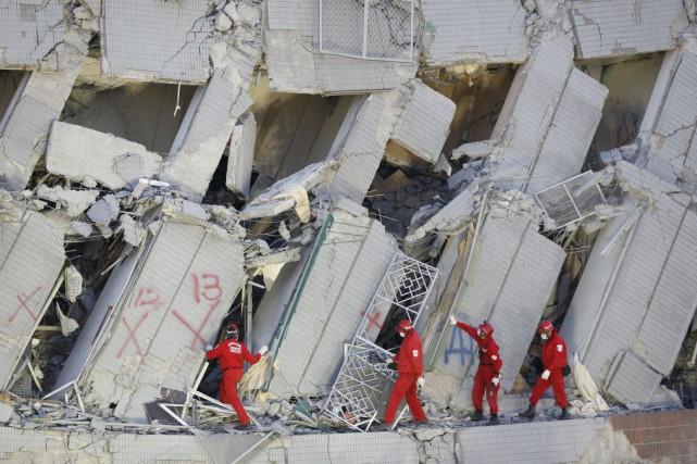 Les secouristes fouillaient les décombres dimanche, exhortant les... (Photo Wally Santana, AP)