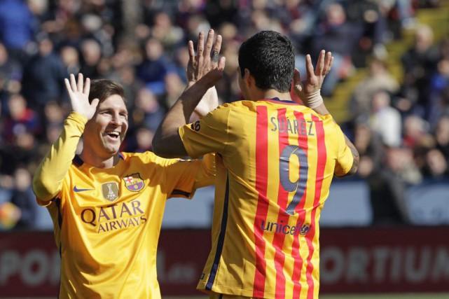 Luis Suarez célèbre avec Lionel Messi après avoir... (PHOTO ALBERTO SAIZ, AP)