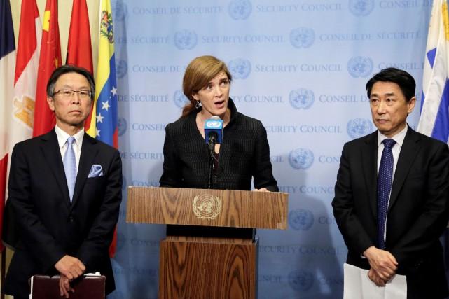 L'ambassadeur du Japon à l'ONU, Motohide Yoshikawa (gauche),... (AP, Mark Lennihan)