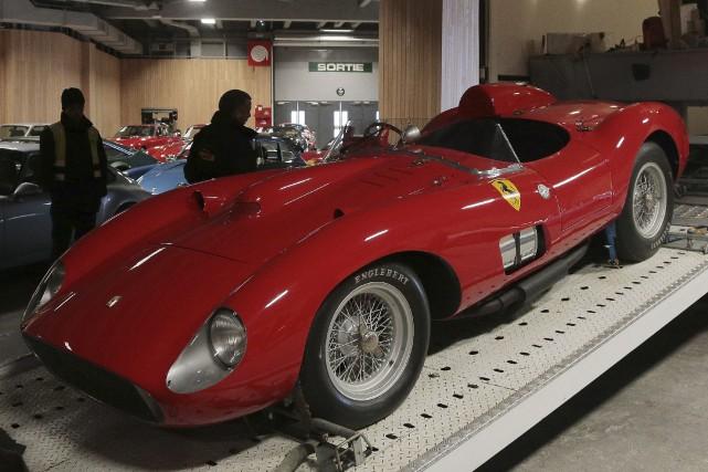 Cette Ferrari 335 S Spider de 1957, dotée... (AFP, Jacques Demarthon)