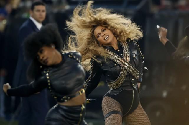 Au Super Bowl, Beyoncé a interprété sa chansonFormationentourée... (AP)
