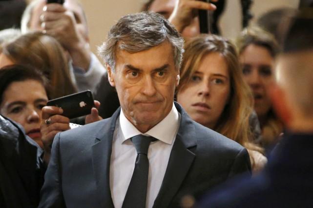 Costume sombre sur chemise blanche, Jérôme Cahuzac est... (PHOTO CHARLES PLATIAU, REUTERS)